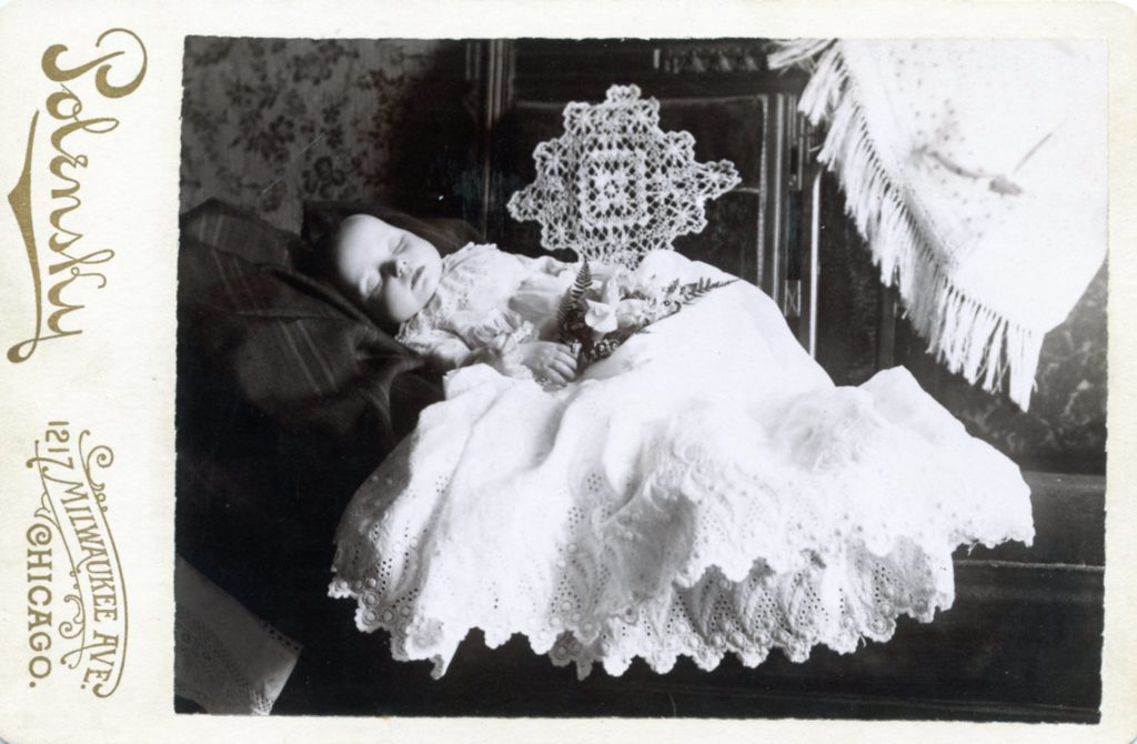 Cabinet-Card-Baby-Mort